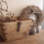 Oude houten bak met ijzer beslag